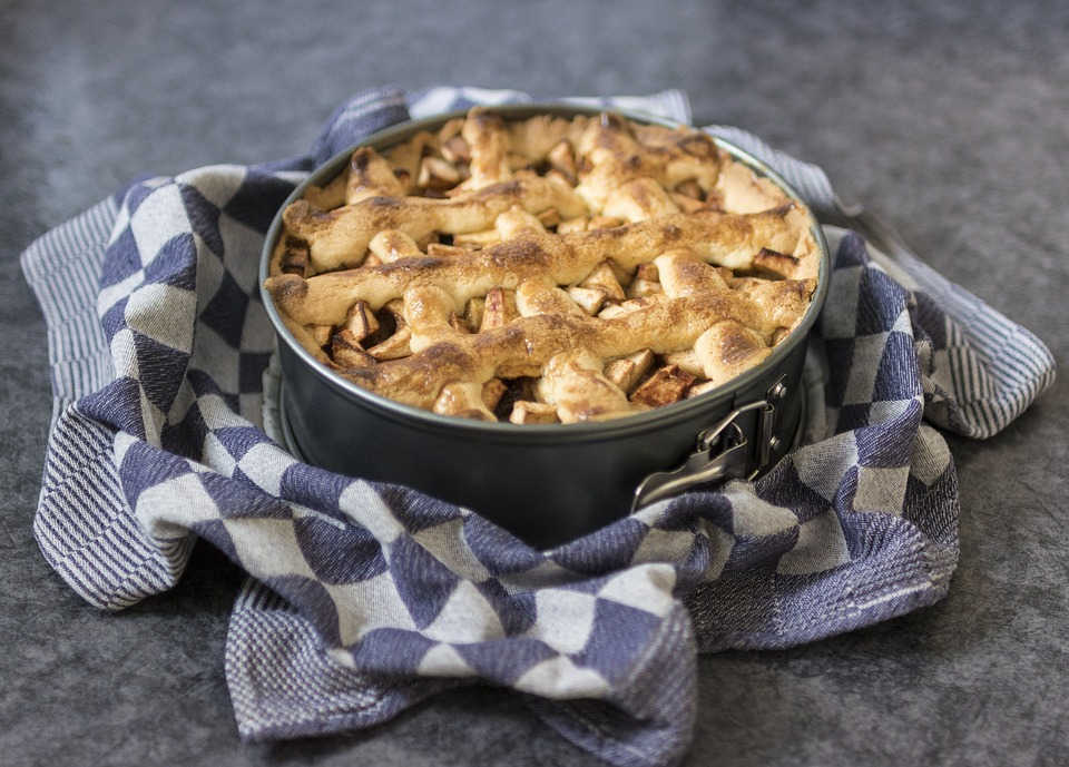 ouderwetse appeltaart in springvorm met vlechtwerk - beste appeltaart