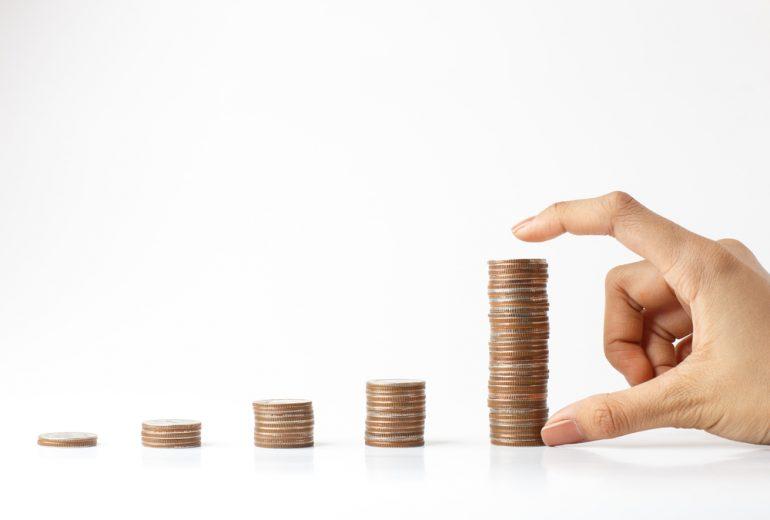 vrouw meet muntjes - het geldgevoel van