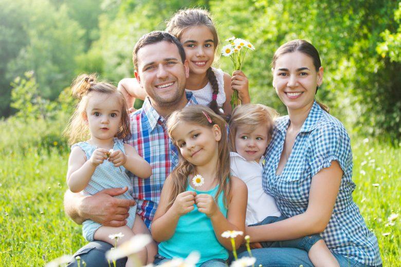 Gezin met vier dochters in de lente